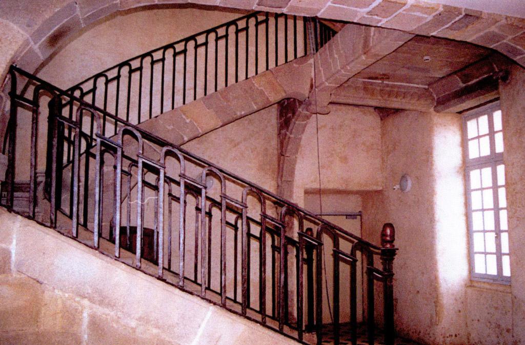 Grand escalier à l'intérieur du château de Kernabat