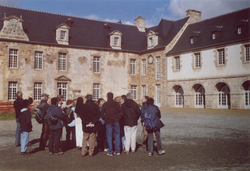 Dans la cour de Kernabat. Randonnée 2006
