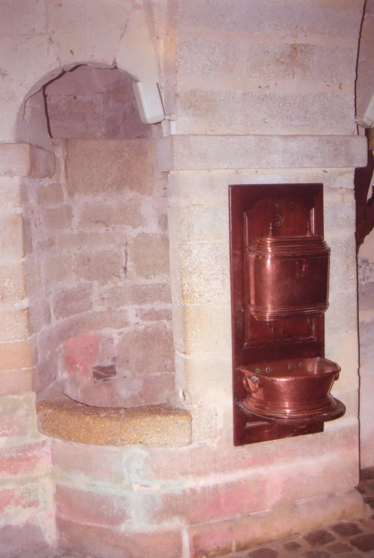 Puits et fontaine à eau dans la cuisine du château de Brissac-Quincé.