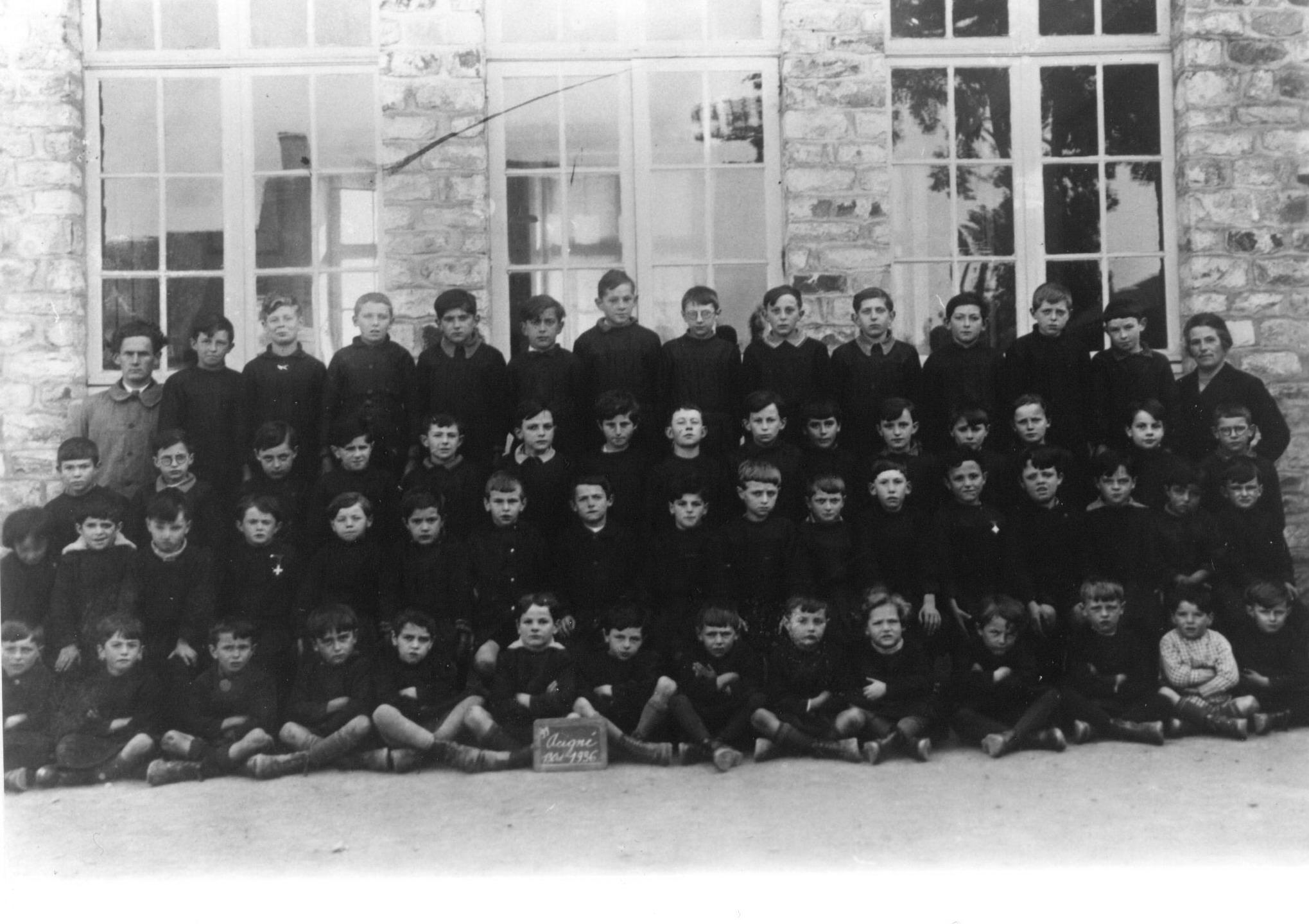 Ecoliers devant l'école privée d'Acigné en 1936