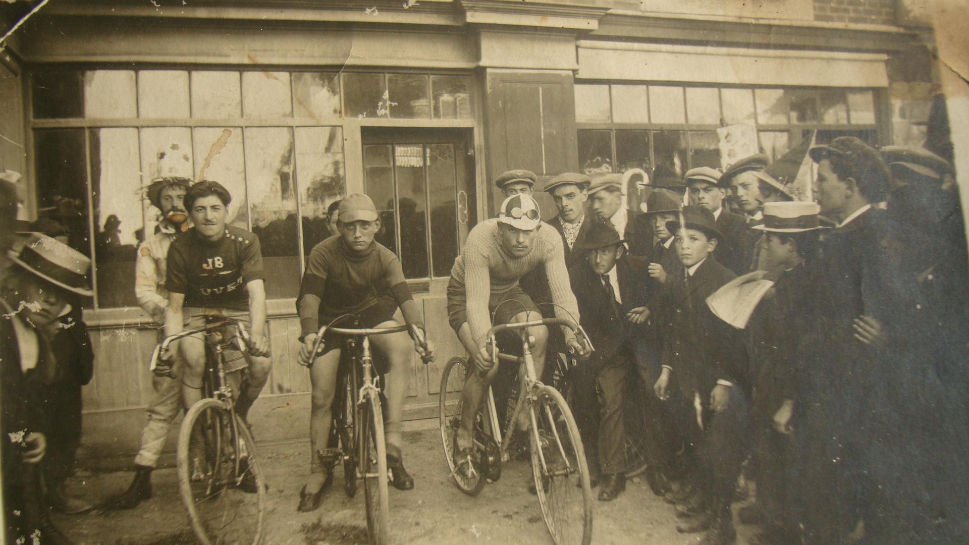 Le magasin de cycles place de la mairie